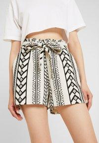 Vero Moda - VMDICTHE - Shorts - birch/black - 3