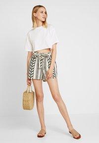 Vero Moda - VMDICTHE - Shorts - birch/black - 1