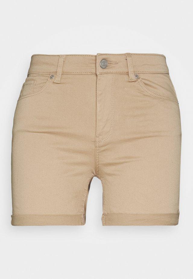 VMHOT SEVEN MR FOLD SHORTS COLOR - Szorty jeansowe - beige