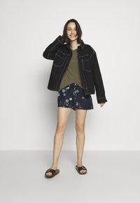 Vero Moda - VMFALLIE - Shorts - navy blazer/fallie - 1