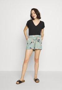 Vero Moda - VMFALLIE - Shorts - green milieu - 1