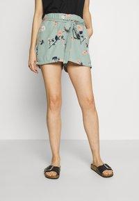 Vero Moda - VMFALLIE - Shorts - green milieu - 0