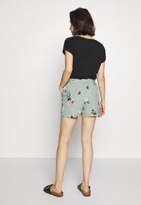 Vero Moda - VMFALLIE - Shorts - green milieu - 2