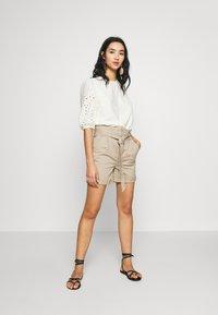 Vero Moda - VMEVA PAPERBAG  - Shorts - silver mink - 1