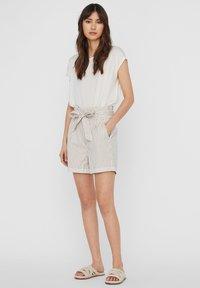 Vero Moda - PAPERBAG - Shorts - beige - 1