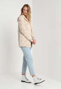 Vero Moda - VMCURL HIGH NECK JACKET NO - Halflange jas - oatmeal - 1
