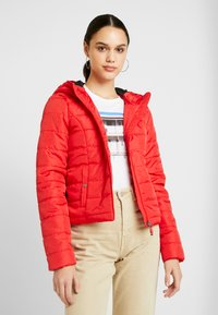 Vero Moda - VMSIMONE HOODY SHORT JACKET - Lehká bunda - chinese red - 0