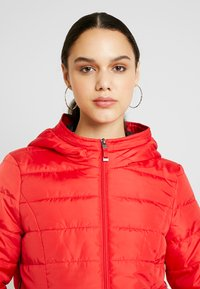 Vero Moda - VMSIMONE HOODY SHORT JACKET - Lehká bunda - chinese red - 3