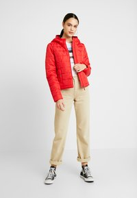 Vero Moda - VMSIMONE HOODY SHORT JACKET - Lehká bunda - chinese red - 1