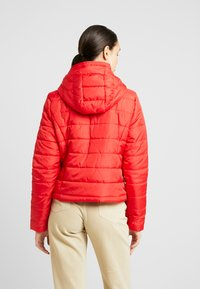 Vero Moda - VMSIMONE HOODY SHORT JACKET - Lehká bunda - chinese red - 2