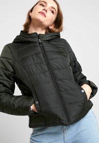 Vero Moda - VMSIMONE HOODY SHORT JACKET - Lehká bunda - peat - 6