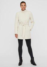 Vero Moda - VMJULIAVERODONA HIGHNECK - Krótki płaszcz - oatmeal - 1