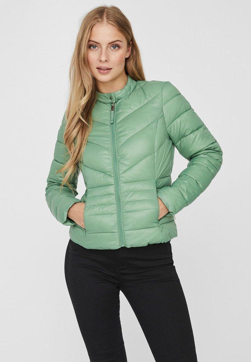 Vero Moda - GESTEPPTE - Kurtka zimowa - green