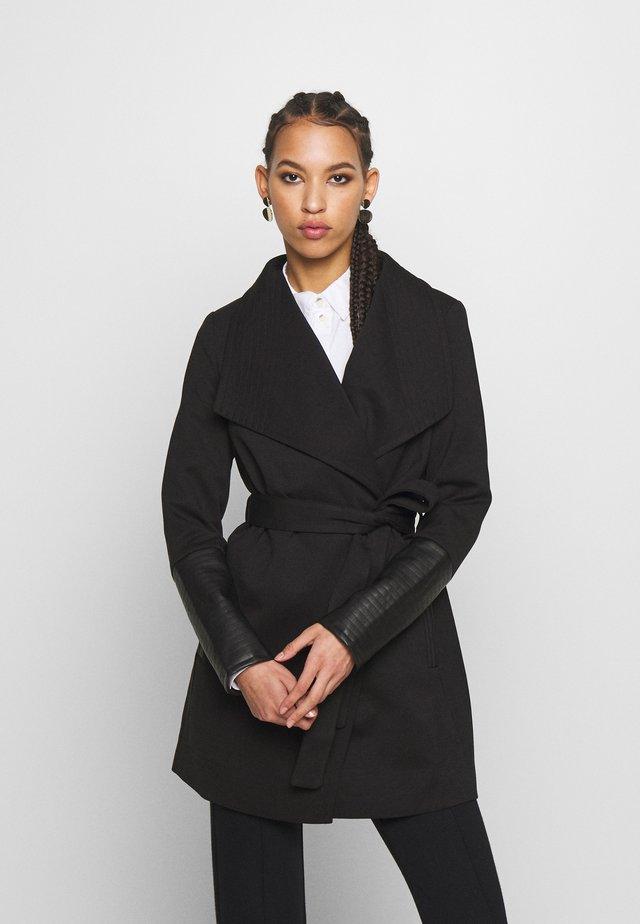 VMDALLASCALA - Krátký kabát - black