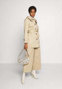 Vero Moda - VMGLORIELLA JACKET  - Trench - travertine - 1