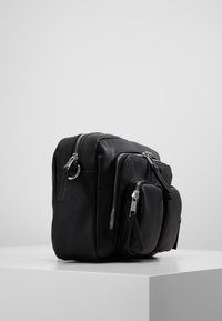 Vero Moda - VMCASHA BIG CROSS OVER BAG - Taška spříčným popruhem - black - 3