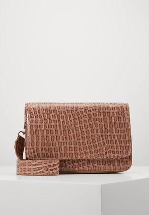 VMABBA CROSS OVER BAG - Skuldertasker - brownie