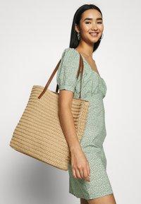 Vero Moda - VMSISSO BEACH BAG - Shoppingveske - creme brûlée - 1