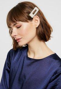 Vero Moda - VMAMFI HAIRCLIP 2 PACK - Hair styling accessory - gold-coloured - 1
