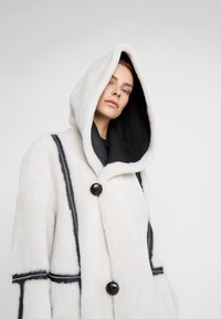 VSP - HOOD COAT REVERSIABLE - Classic coat - black/white - 5