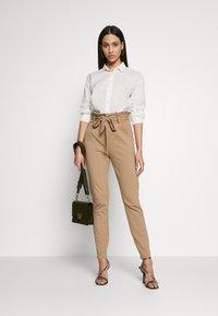 Vero Moda Tall - VMEVA  LOOSE PAPERBAG PANT  - Kalhoty - silver mink - 1