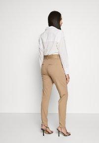 Vero Moda Tall - VMEVA  LOOSE PAPERBAG PANT  - Kalhoty - silver mink - 2