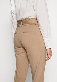 Vero Moda Tall - VMEVA  LOOSE PAPERBAG PANT  - Kalhoty - silver mink - 3