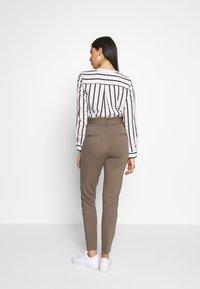 Vero Moda Tall - VMEVA  LOOSE PAPERBAG PANT  - Pantalon classique - bungee cord - 2