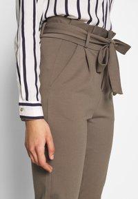 Vero Moda Tall - VMEVA  LOOSE PAPERBAG PANT  - Pantalon classique - bungee cord - 4