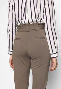 Vero Moda Tall - VMEVA  LOOSE PAPERBAG PANT  - Pantalon classique - bungee cord - 5