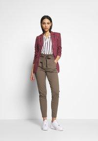 Vero Moda Tall - VMEVA  LOOSE PAPERBAG PANT  - Pantalon classique - bungee cord - 1