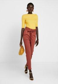 Vero Moda Tall - VMEVA  LOOSE PAPERBAG PANT  - Pantalon classique - mahogany - 2