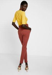 Vero Moda Tall - VMEVA  LOOSE PAPERBAG PANT  - Pantalon classique - mahogany - 3