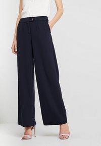 Vero Moda Tall - VMALLISON COCO WIDE PANT - Spodnie materiałowe - night sky - 0