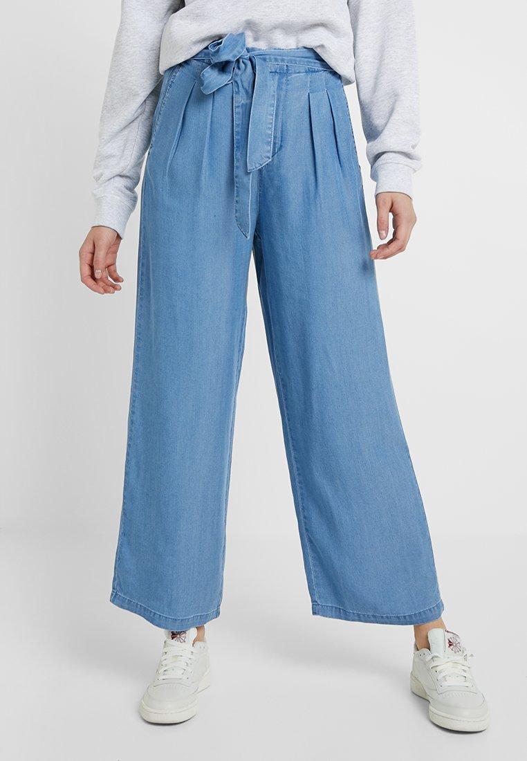 Vero Moda Tall - VMMIA LOOSE SUMMER ANKEL PANT - Stoffhose - light blue denim