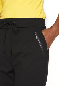 Vero Moda Tall - VMEVA LOOSE STRING ZIPPER PANT - Pantalon de survêtement - black - 4