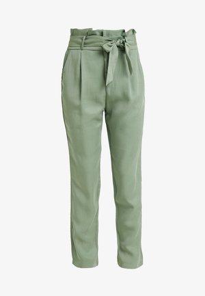 VMEVA LOOSE PAPERBAG PANT - Pantalon classique - hedge green