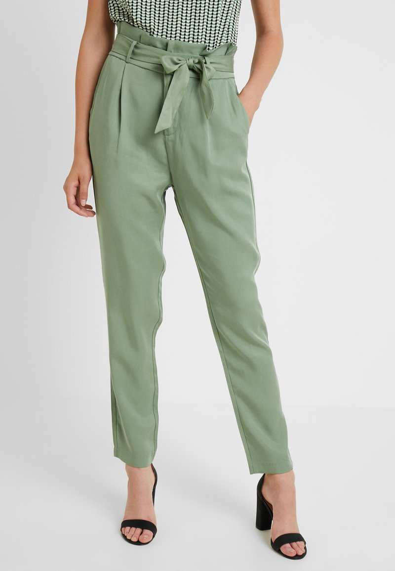 Vero Moda Tall - VMEVA LOOSE PAPERBAG PANT - Stoffhose - hedge green