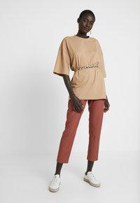 Vero Moda Tall - VMTIA MAYA PANT - Pantalon classique - mahogany - 2