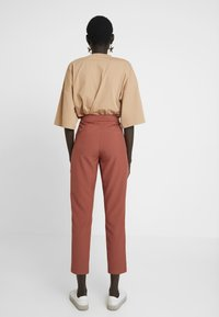 Vero Moda Tall - VMTIA MAYA PANT - Pantalon classique - mahogany - 3