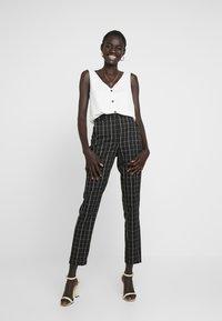 Vero Moda Tall - VMCARNIE SELMA ANCLE PANT - Kalhoty - black - 1