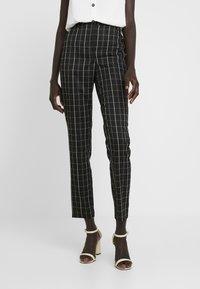 Vero Moda Tall - VMCARNIE SELMA ANCLE PANT - Kalhoty - black - 0