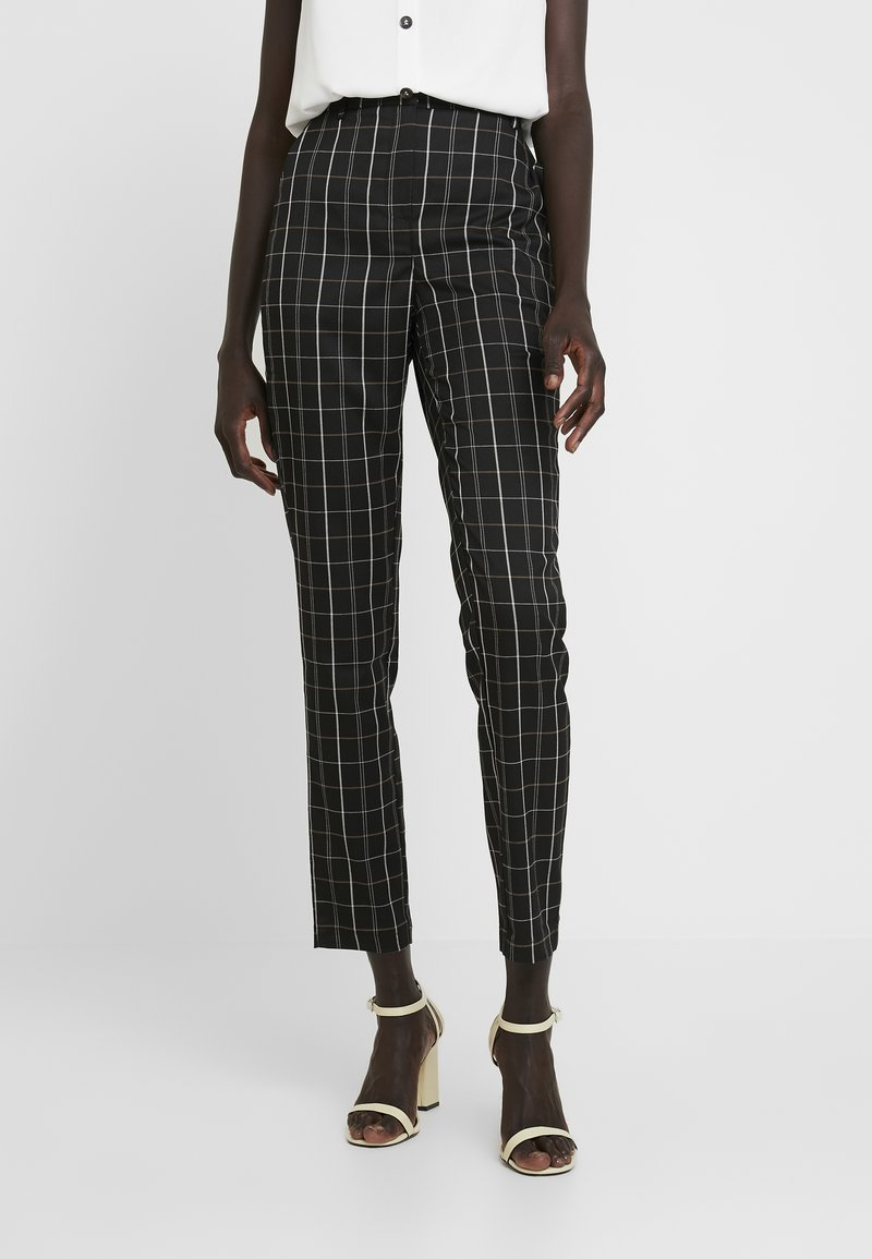 Vero Moda Tall - VMCARNIE SELMA ANCLE PANT - Kalhoty - black