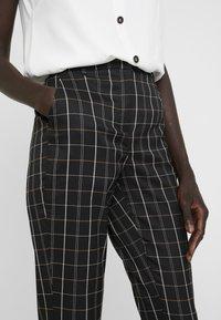 Vero Moda Tall - VMCARNIE SELMA ANCLE PANT - Kalhoty - black - 5