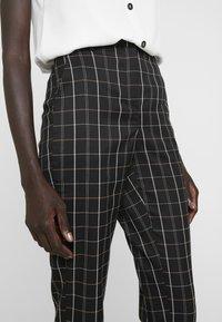 Vero Moda Tall - VMCARNIE SELMA ANCLE PANT - Kalhoty - black - 3