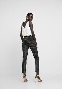 Vero Moda Tall - VMCARNIE SELMA ANCLE PANT - Kalhoty - black - 2
