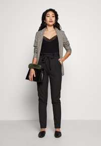 Vero Moda Tall - VMEVA LOOSE PAPERBAG - Pantalon classique - black - 1