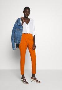 Vero Moda Tall - VMIZZA CIGARET PANTS - Kalhoty - autumnal - 1