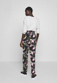 Vero Moda Tall - VMSIMPLY EASY PAPERBAG PANT - Bukse - black/elva - 2