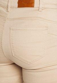 Vero Moda Tall - SEVEN PUSH UP PANTS - Jeans slim fit - beige - 2